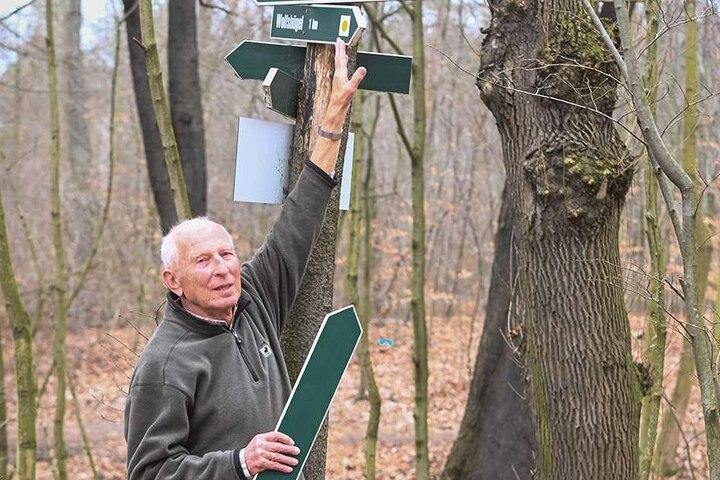 Hans Bürger (84) kümmert sich seit 1992 um die Markierung und Beschilderung von rund 24 Kilometern Wanderweg in der Dresdner Heide.
