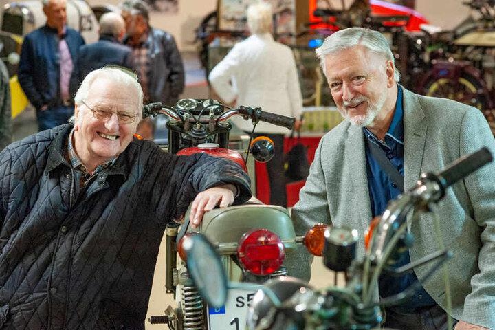 Simson-Legenden unter sich: Chefkonstrukteur Joachim Scheibe (72, r.) und Bernhard Dünnebier (80), Leiter der Fertigungstechnologie.