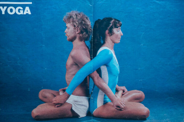 In einer Yoga-Broschüre turnt Inge Schönfelder Übungen mit einem ihrer Schüler.
