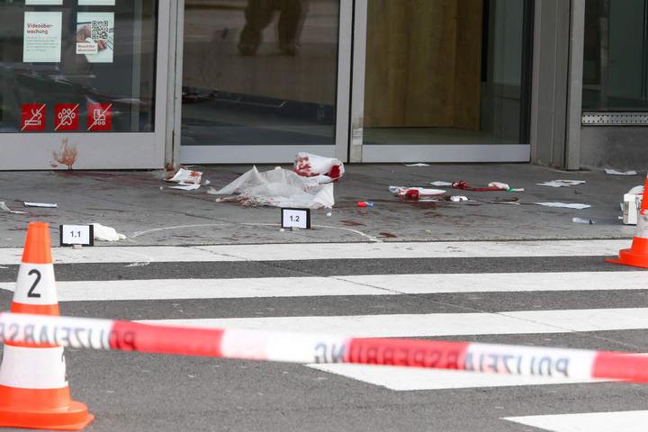Vor dem Eingang des Supermarkts zeugten am Freitag Spuren von der brutalen Attacke.