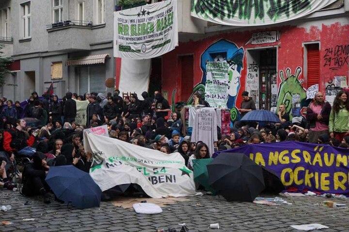 Demonstranten blockieren den Zugang zu dem Haus, das am Donnerstagvormittag geräumt werden soll.