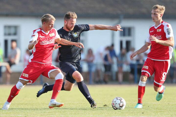 Union-Leihgabe Lennard Maloney, hier im Zweikampf mit Tobias Müller (r.), könnte in Magdeburg erstmals für Chemnitz spielen.