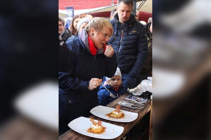 Zuschauerin Sabine Klausing scheint's zu schmecken. Das kleine Mädchen neben ihr wirft ihr neidische Blicke zu.