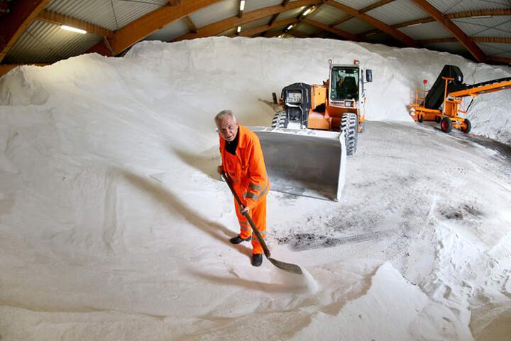 Noch ist genug Salz auf Lager: Knapp 5000 Tonnen liegen bereit.  ASR-Mitarbeiter Dietmar Grund (63) und seine Kollegen sind auf den Kälteeinbruch  vorbereitet.
