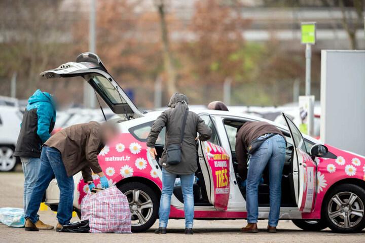 Ein französisches Taxi, das die Polizei auf der A1 bei Bremen gestoppt hat, wird auf dem Hof eines Automobilverkäufers untersucht.