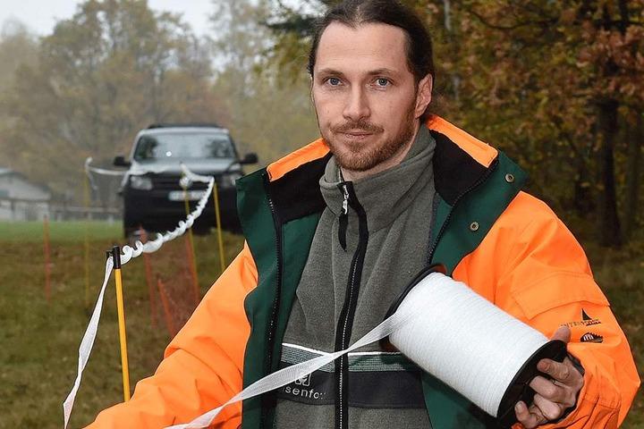 Normalerweise geht André Klingenberger (38) mit Flatterband gegen  aufdringliche Wölfe vor, nun müssen Steine und Gummigeschosse ihren Dienst  tun.