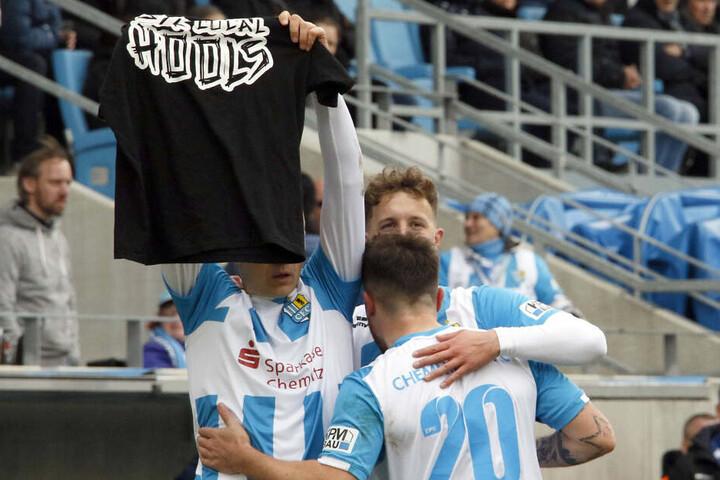 """CFC-Torjäger Daniel Frahn hielt während des Spiels ein Trikot mit der Aufschrift: """"Support your local Hools"""" hoch."""