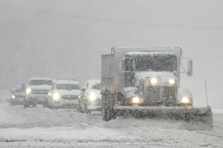Autos folgen einem Schneepflug auf der Straße US 301 im County Hanover.