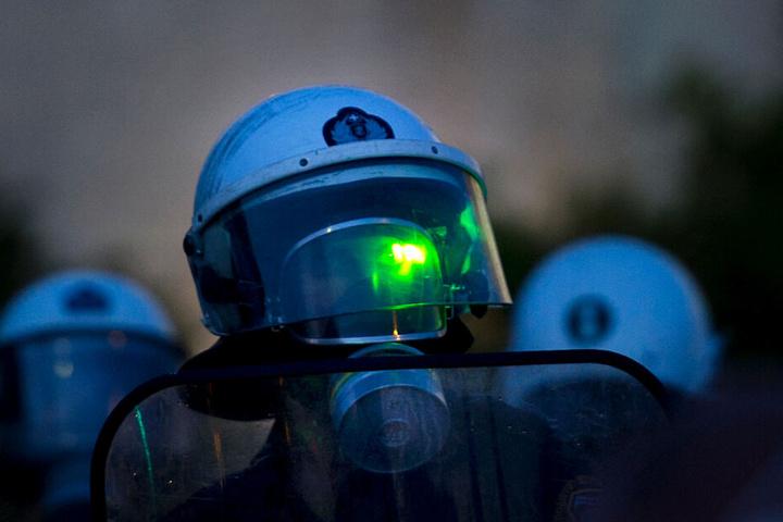 Eine Polizistin wird während einer Demonstration mit einem grünen Laser geblendet: Die Gewalt gegenüber Einsatzkräften nimmt zu. (Archivbild)