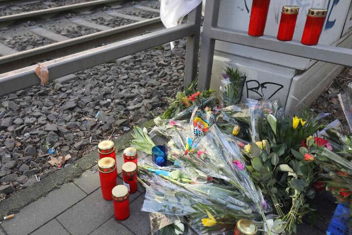 An der Unfallstelle legten Menschen Kerzen und Blumen im Gedenken an den getöteten Polizisten nieder.