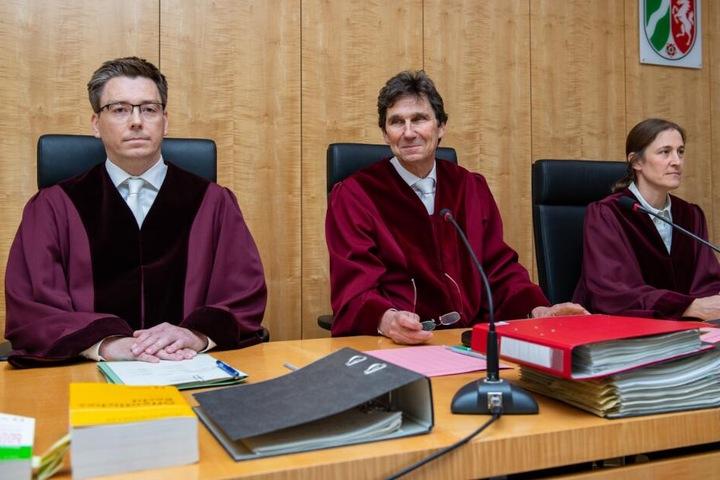 Der Vorsitzende Richter, Max-Jürgen Seibert (m) sitzt mit seinem Berichterstatter Andre Niesler (l) und der Richterin Maren Sarnighausen vor dem Oberverwaltungsgericht in Münster.