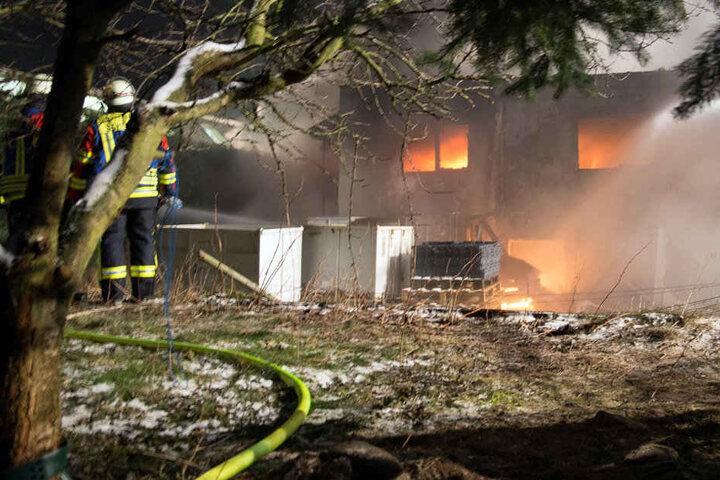 Bei Eintreffen der Feuerwehr brannte das Gebäude bereits vollständig.