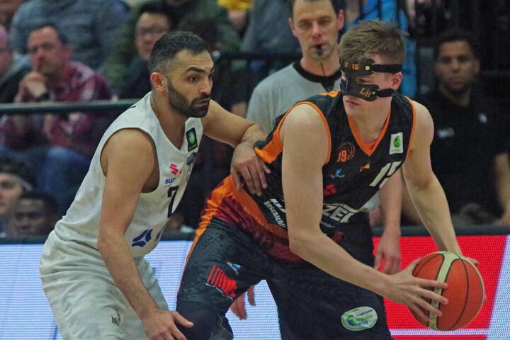 Chemnitz' MaskenmannLeon Hoppe schirmt den Ball vor Hamburgs Achmadschah Zazai ab.