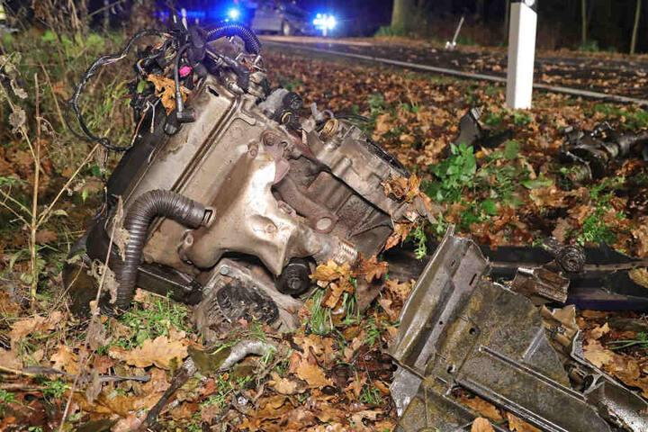 Der Motor des Kleinwagens wurde bei dem Unfall aus dem Auto geschleudert.