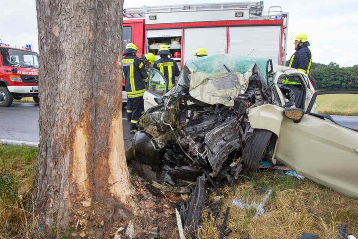 Ein Auto war zwischen Kamenz und Brauna frontal gegen einen Baum gerast.