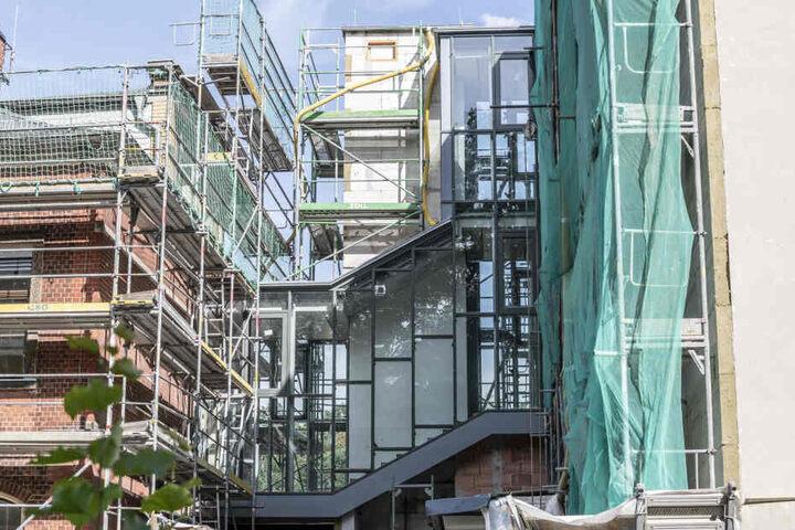 An der Grundschule Harthau wurde ein Verbinder gebaut und ein Aufzug installiert.