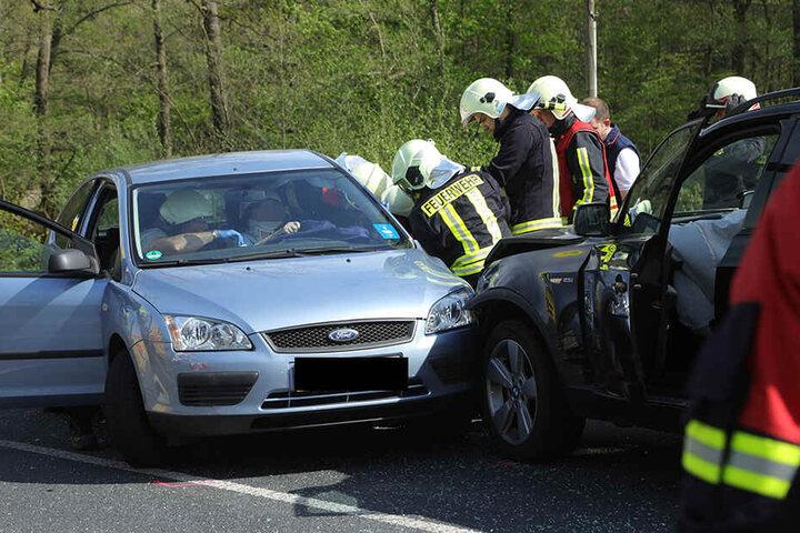 Die Fordfahrerin musste von der Feuerwehr aus ihrem Fahrzeug befreit werden.