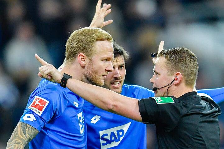 ...ganz im Gegensatz zu den Kickern der TSG 1899 Hoffenheim. Hier nahm Kampka einen Handelfmeter nach Ansicht der Video-Bilder zurück.