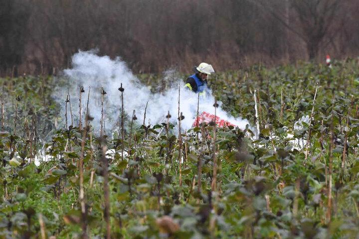 Ein Feuerwehrmann vor Ort an der Unglücksstelle am Dienstag.