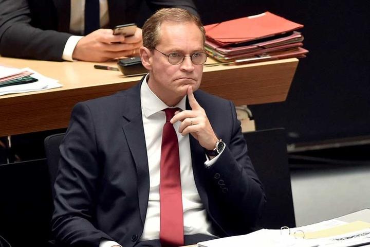 Berlins Regierungschef Michael Müller sieht eine neue Debatte um das Nachtflugverbot am BER kritisch.