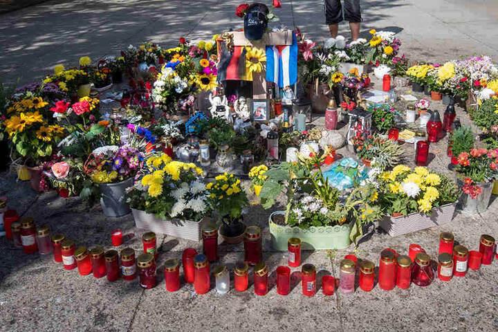 Daniel H. wurde Ende August in Chemnitz erstochen. Blumen und Kerzen erinnerten am Tatort an den Toten.