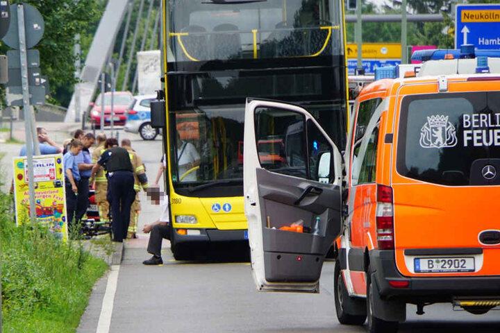 Die Einsatzkräfte sicherten den Unfallort. Der Busfahrer sitzt sichtlich geschockt am Türeinstieg des Busses.