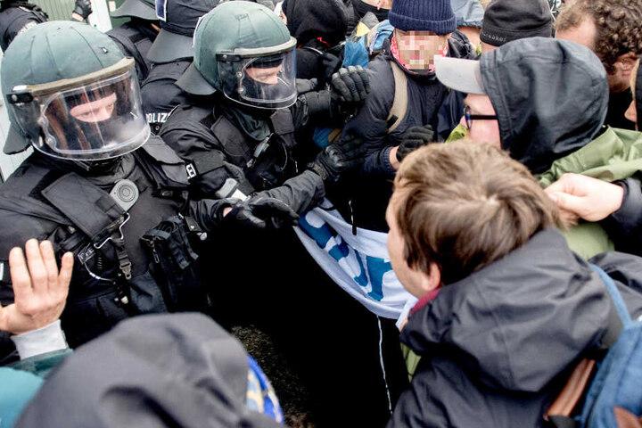 Polizeibeamte treffen immer wieder auf Menschen, die sie beleidigen, bedrohen oder attackieren. (Symbolbild)