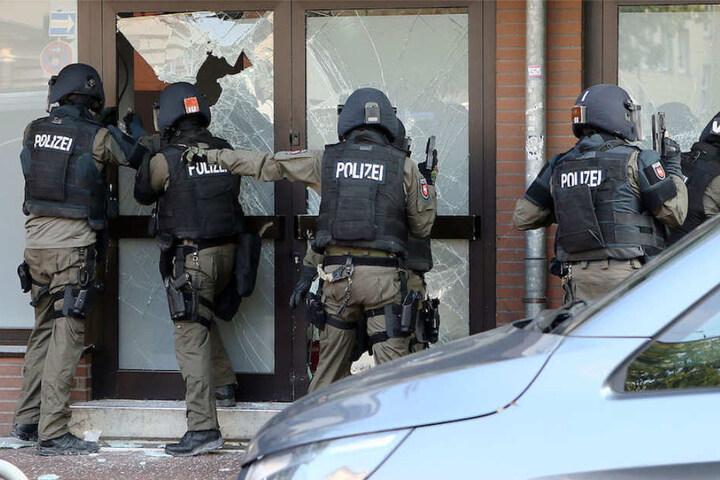 Bewaffnete SEK-Beamte bei der Stürmung eines Objektes. (Symbolbild)