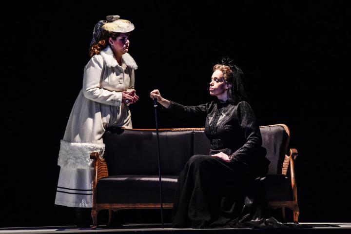 Lisa (Maraike Schröter) muss sich den Wünschen ihrer Großmutter, der Gräfin, beugen.