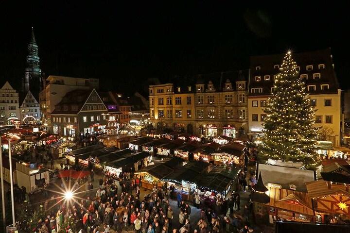 Auf dem Zwickauer Weihnachtsmarkt warten mehr als 100 Händler auf ihre Kunden.