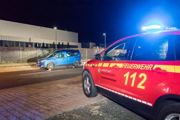 Der Dacia erfasste einen Mann, der vermutlich auf der Straße saß.