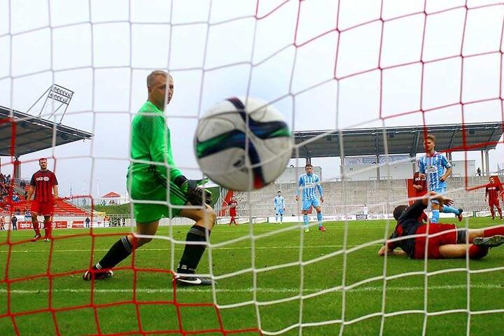 Björn Jopek (hinten rechts) trifft zum 8:0-Endstand für die Himmelblauen.