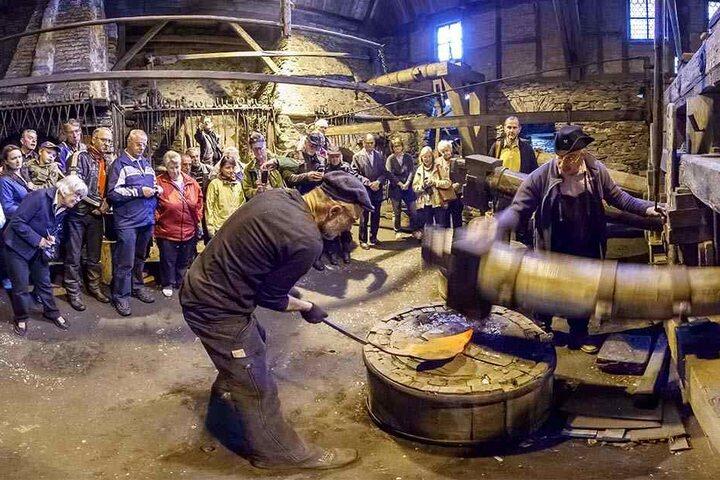 Das Schauschmieden im Frohnauer Hammer zieht viele Besucher an.