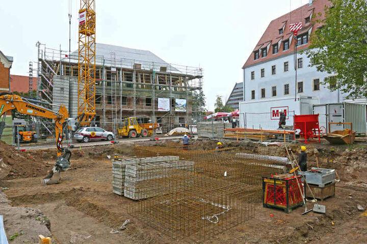 Derzeit laufen die Bauarbeiten für die 13 Wohnungen und zwei Gewerbeeinheiten auf Hochtouren.