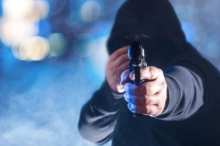Die Männer bedrohten die Frau mit einer Waffe (Symbolfoto).