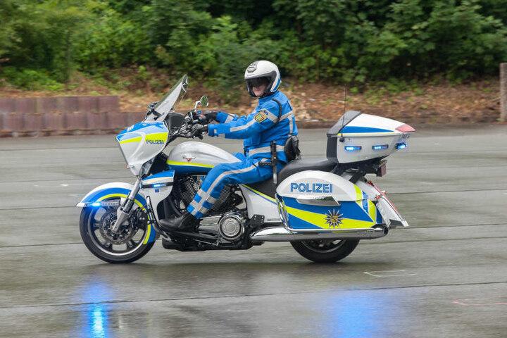 Das sind die Superbikes der Polizei; Victory Cross Country Tour mit 1,7 Liter-Maschine und 90 PS. Die Sonderausstattung: Radarmesser, Videokamera, Blaulicht rundum, Stopplicht, Navi, Digitalfunk, Laptop mit Drucker.