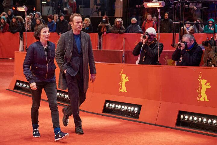 """Die Ermittler Nina Rubin (Meret Becker) und Robert Karow (Mark Waschke) gehen bei ihren Ermittlungen im """"Tatort: Meta"""" über den roten Teppich der Berlinale (undatierte Aufnahme). (Archivbild)"""