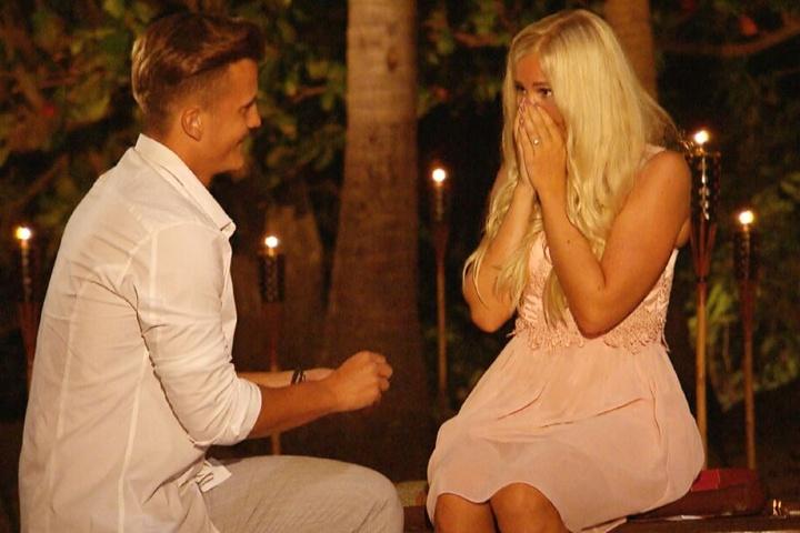Robin (23) machte seiner Lena (22) vor laufenden Kameras einen Heiratsantrag.
