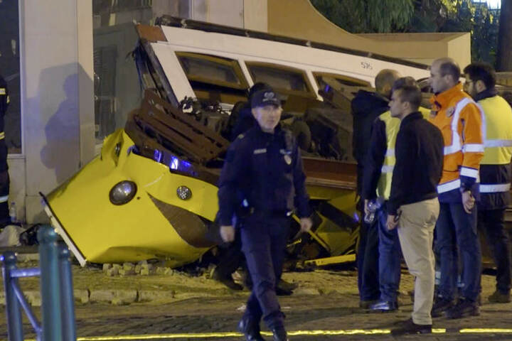 Hilfskräfte am Ort eines Straßenbahnunfalls im Stadtviertel Lapa.