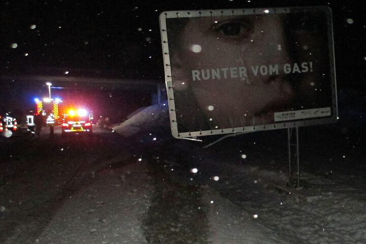 """Ausgerechnet gegen ein """"Runter vom Gas""""-Schild fuhr der Mann."""