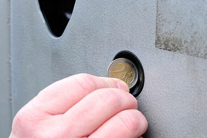 Wer ein Zwei-Euro-Stück in den Automat schmeißt, sieht diese Anzeige. Die  Automaten wechseln nicht.