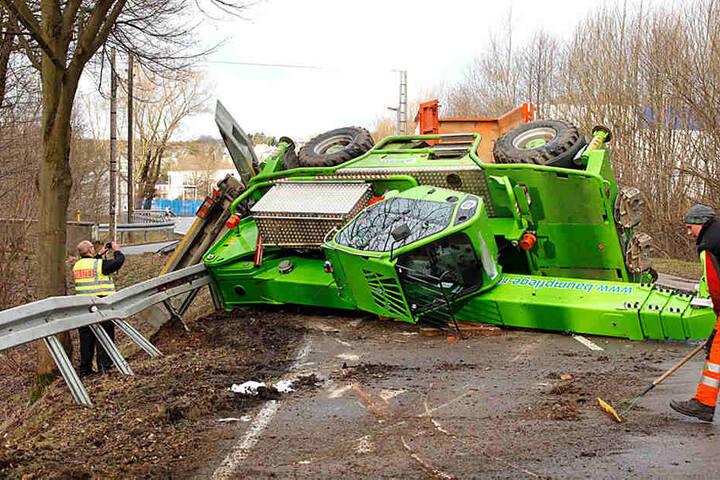Die 20-Tonnen-Maschine wurde offenbar vom Sturm erfasst.