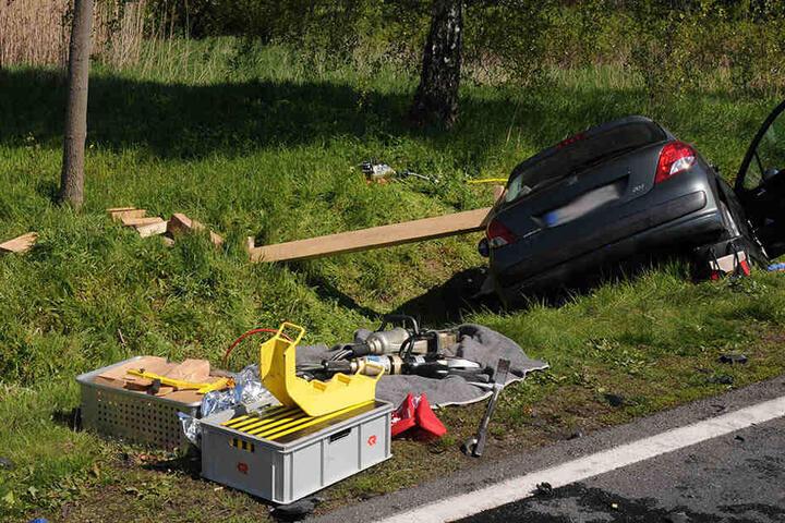 Ein Trümmerfeld. Die beiden Autos waren frontal ineinander gekracht.