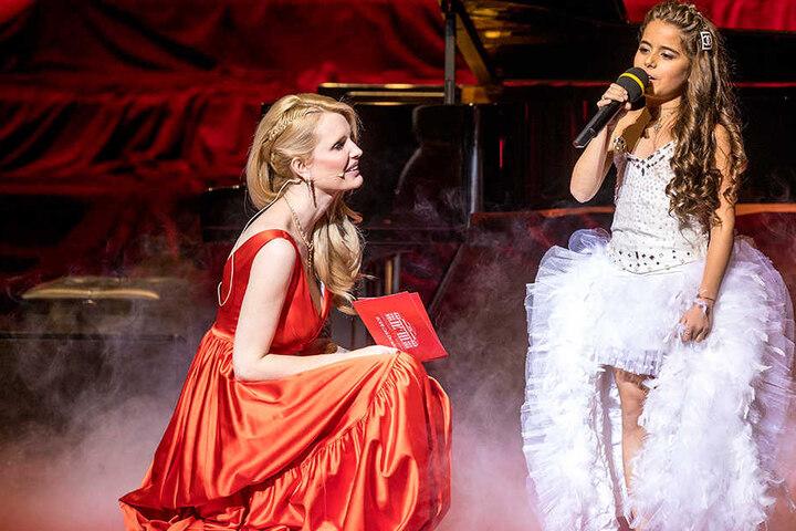 """Gala-Moderatorin Mirja du Mont (40) plaudert mit """"Programmpünktchen""""  Magdalina Avdalyan (9), Halbfinalistin der Sat.1-Show """"The Voice Kids 2016""""."""