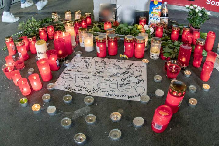 Vor einer Fußgängerpassage wurden Kerzen und Blumen für den verstorbenen 15-Jährigen abgelegt.