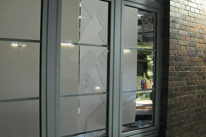 Diese Fensterscheibe wurde von dem Ganoven eingeschmissen.