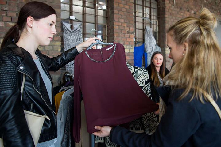 """Beim Flohmarkt """"Mädchen Klamotte"""" bieten Frauen für Frauen Mode, Schmuck und Selbstgemachtes an."""