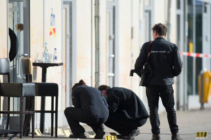 Kriminaltechniker sichern vor dem Club Spuren.