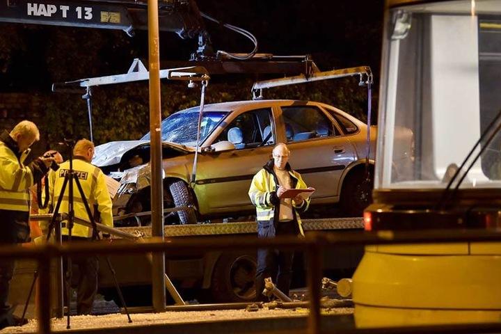 Das Unfallauto wird auf den Abschleppwagen gehoben.