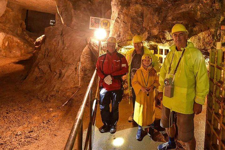 Haben die Temperaturen in 80 Metern Tiefe genossen: Margritta Ebert (63) mit Enkel Eric (8) und Jochen Kühn (61).